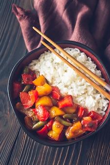 Miska z białym ryżem i smażonymi warzywami