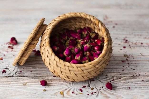 Miska z bliska wypełniona aromatycznymi różami mini