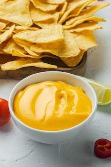 Miska z dipem serowym z nachos, na białym stole
