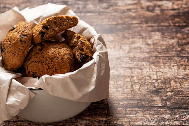 Miska z domowymi ciasteczkami czekoladowymi na vintage drewniane tła, z miejsca na kopię