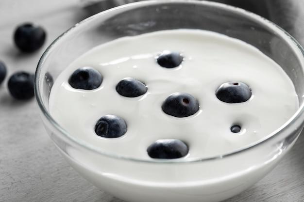 Miska z jogurtem i jagodami pod wysokim kątem