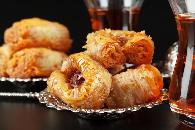 Miska z kawałkami tureckiej rozkoszy lokum i czarnej herbaty