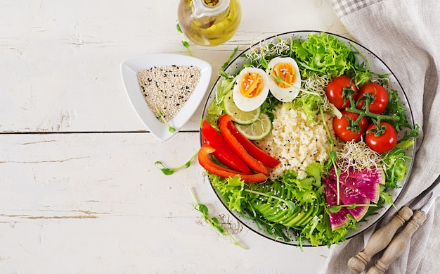 Miska z kuskusem, jajkiem i warzywami