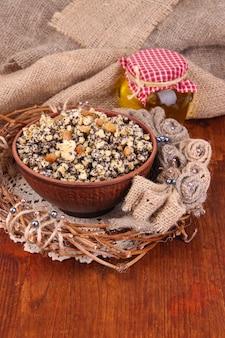 Miska z kutią - tradycyjny słodki posiłek na ukrainie, białorusi i w polsce na drewnianym stole