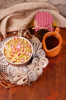 Miska z kutią - tradycyjny świąteczny słodki posiłek na ukrainie, białorusi i w polsce, na drewnianej powierzchni