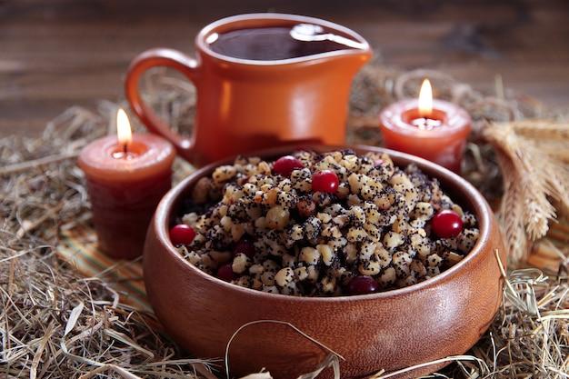 Miska z kutią - tradycyjny świąteczny słodki posiłek na ukrainie, białorusi iw polsce