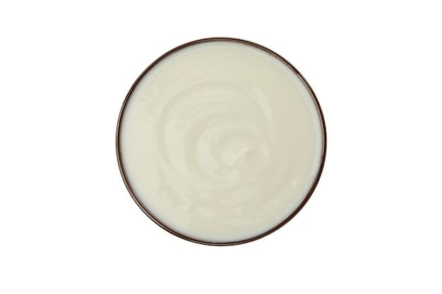 Miska z kwaśną śmietaną jogurt na białym tle