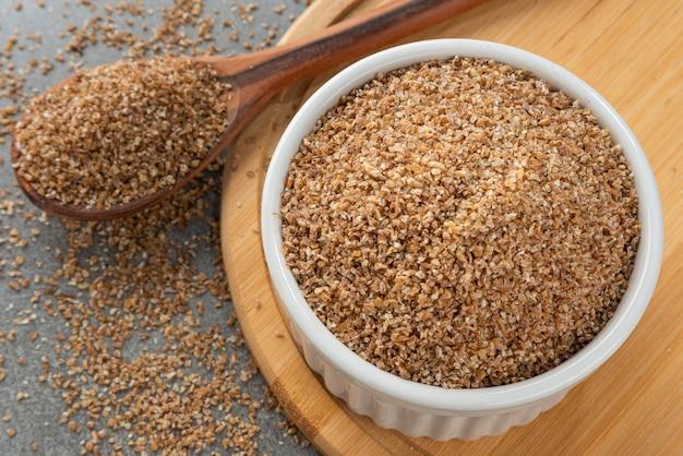 Miska z mąką na kibe fragment drewnianej łyżki i bambusowego uchwytu