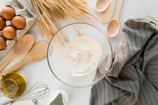 Miska z mąką z widokiem z góry
