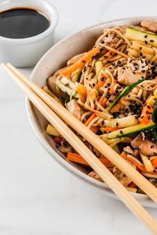 Miska z makaronem ryżowym z sosem sojowym i pałeczkami