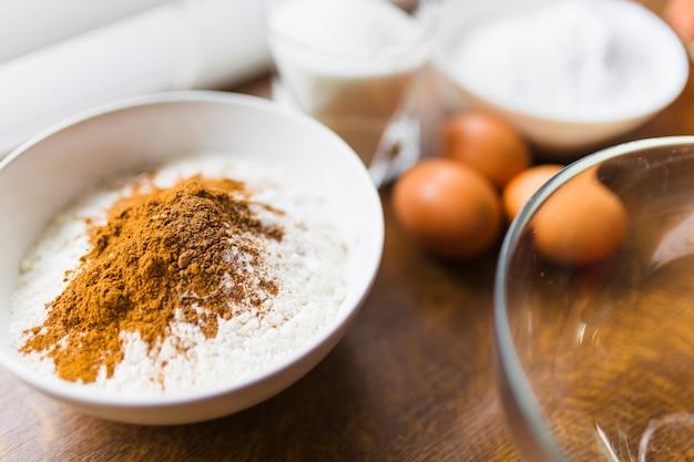 Miska z mąki w pobliżu jaj