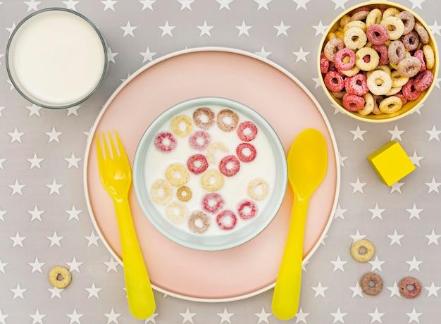 Miska z mlekiem i płatkami