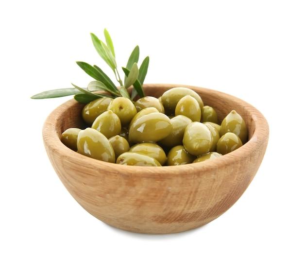 Miska z oliwkami w puszkach na białej powierzchni