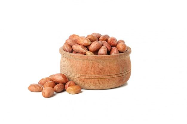 Miska z orzeszków ziemnych na białym tle. żywność witaminowa