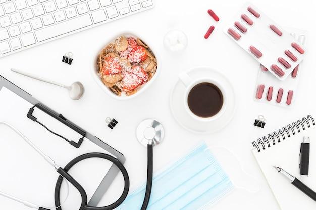 Miska z owocami na śniadanie i narzędzi medycznych