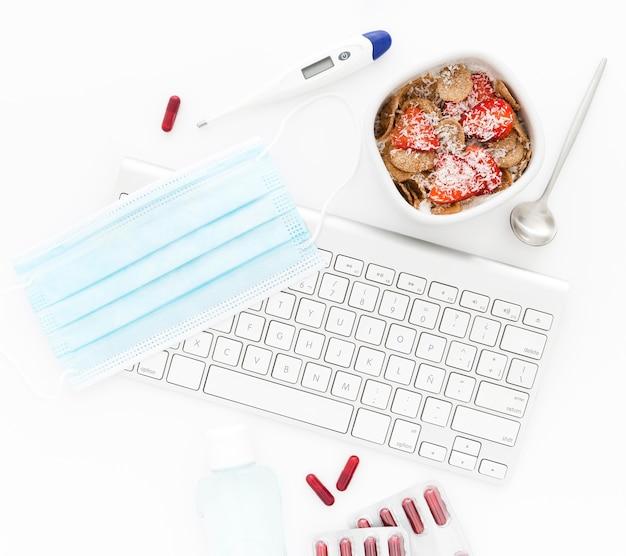 Miska z owocami na śniadanie i narzędzia w biurze