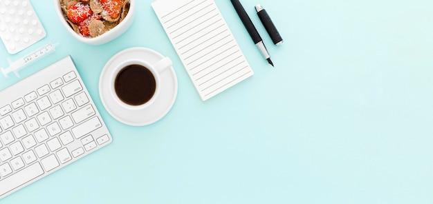 Miska z owocami na śniadanie w biurze z miejsca na kopię