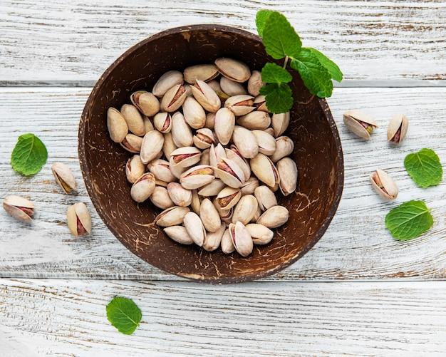 Miska z pistacjami na drewnianym stole