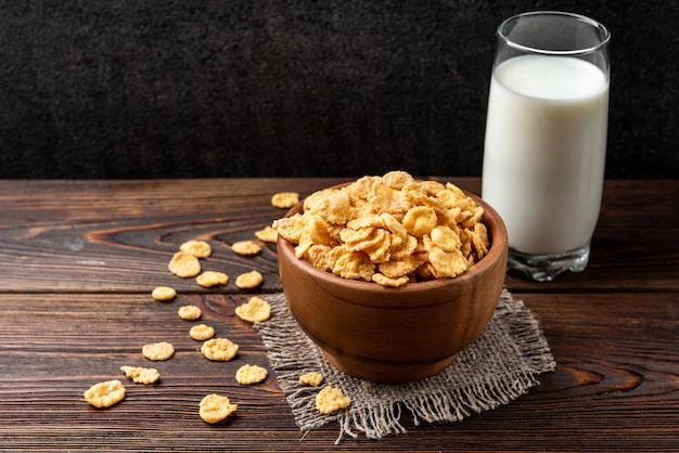 Miska z płatkami kukurydzianymi i szklanką mleka