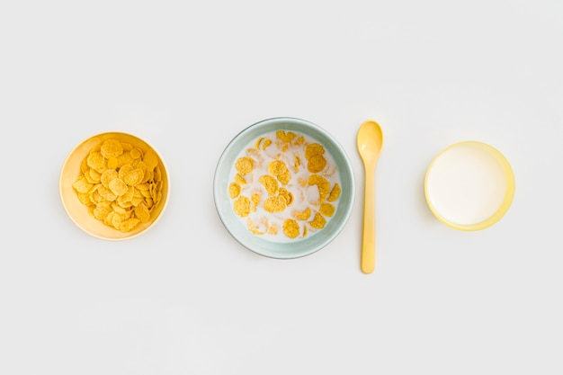 Miska z płatkami owsianymi i mlekiem na biurku