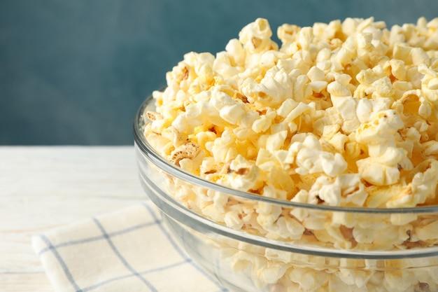 Miska z popcornem na białym drewnianym. jedzenie do oglądania kina