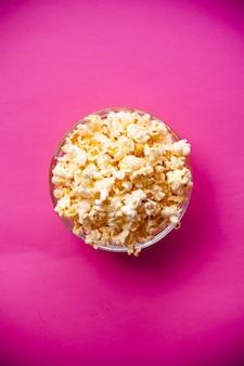 Miska z popcornem na czerwonym tle