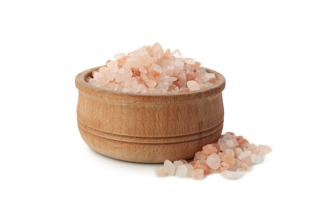Miska z różową solą himalajską na białym tle