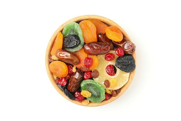 Miska z suszonymi owocami na białym tle