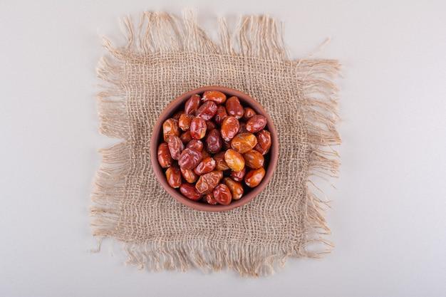 Miska z suszonymi pysznymi jagodami umieszczonymi na białym tle. zdjęcie wysokiej jakości
