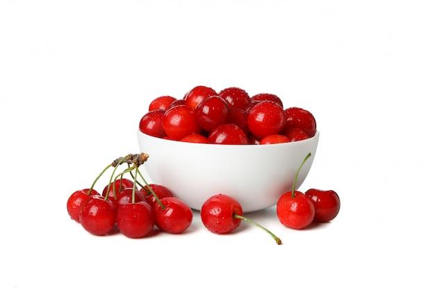 Miska z świeżych czerwonych wiśni na białym tle