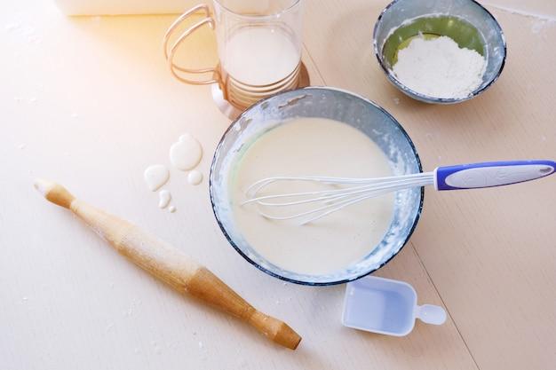 Miska z trzepaczką i ciastem. proces pieczenia, gotowania