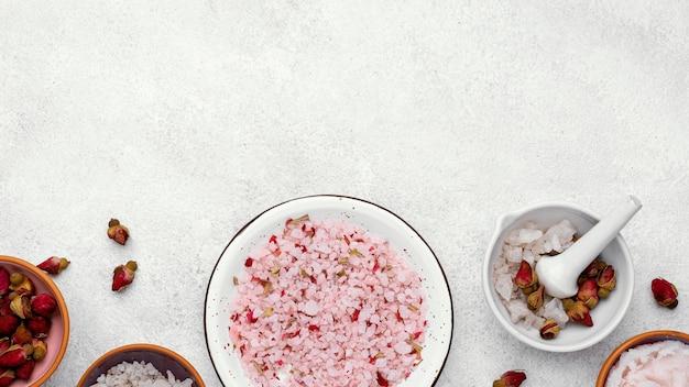 Miska z widokiem z góry z różowymi solami