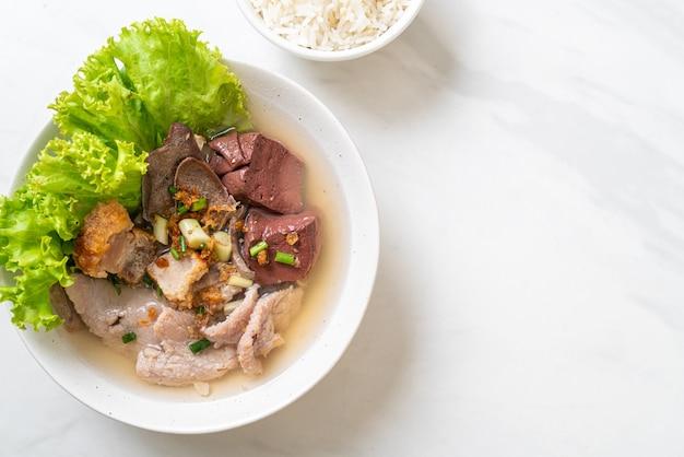 Miska z wnętrzności wieprzowych i galaretki z krwi z ryżem, azjatyckie jedzenie
