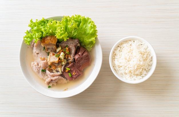 Miska z wnętrzności wieprzowych i galaretki z krwi z ryżem - kuchnia azjatycka