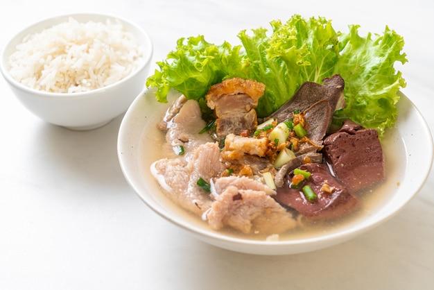 Miska z wnętrzności wieprzowych i galaretki z krwią z ryżem, azjatyckie jedzenie
