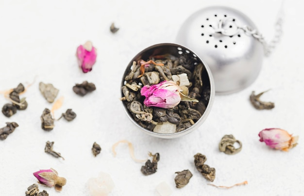 Miska z ziołami na herbatę