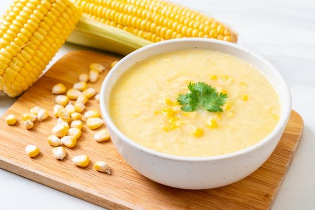 Miska z zupą kukurydzianą