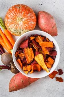 Miska zdrowych chipsów warzywnych z buraków, słodkich ziemniaków i marchwi