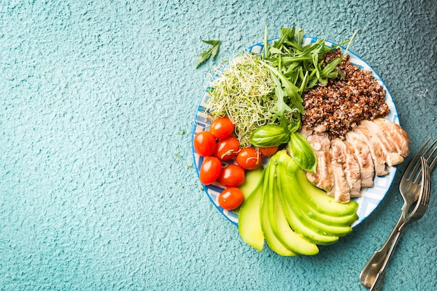 Miska ze składnikami zbilansowanej zdrowej żywności