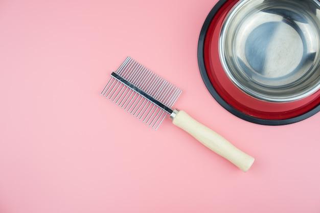 Miska ze stali nierdzewnej z grzebieniem na kolor tła. koncepcja dostaw dla zwierząt domowych