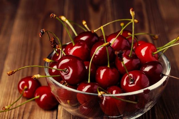 Miska ze świeżych czerwonych wiśni. koncepcja zdrowej żywności