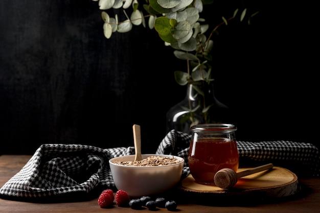 Miska ze zbożami muesli i jogurtem na stole