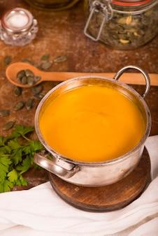 Miska zupy dyniowej na rustykalnej powierzchni drewnianych.