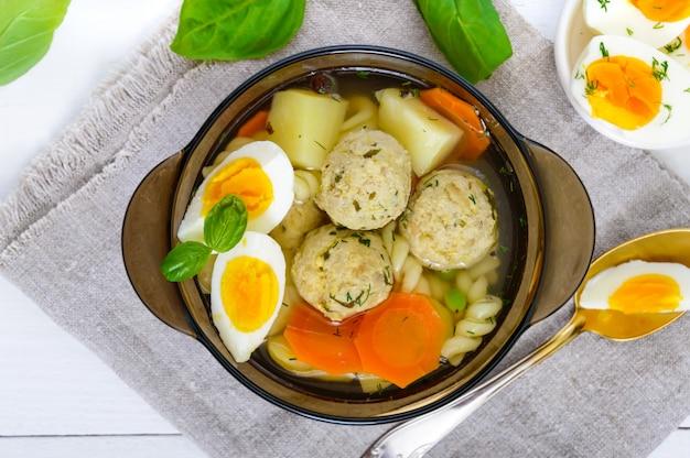 Miska zupy z kurczakiem i jajkami