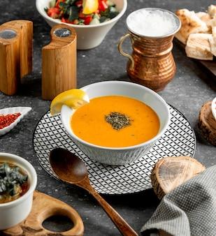 Miska zupy z soczewicy z plasterkiem cytryny