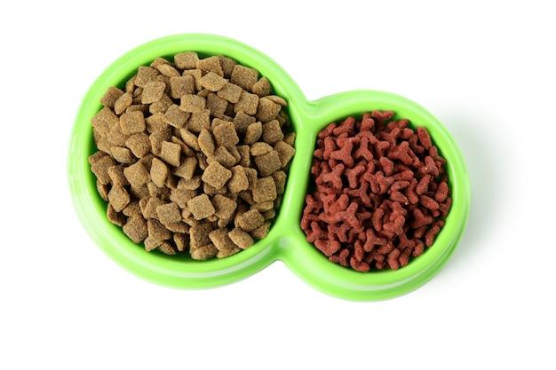 Miski dla zwierząt z paszą na białym tle