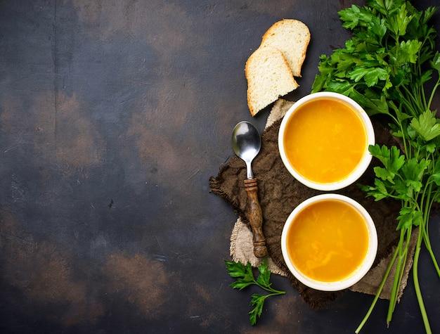Miski gorącej zupy z czerwonej soczewicy wegetariańskiej