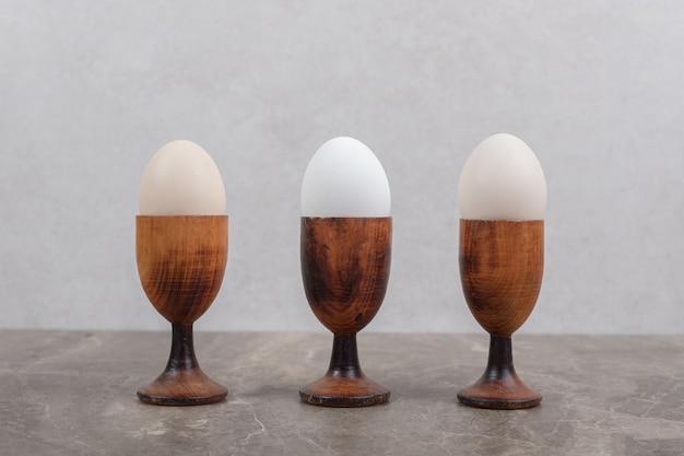 Miski gotowanych jajek na marmurowym stole. wysokiej jakości zdjęcie