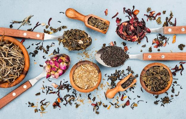Miski i łyżki z herbatą ziołową