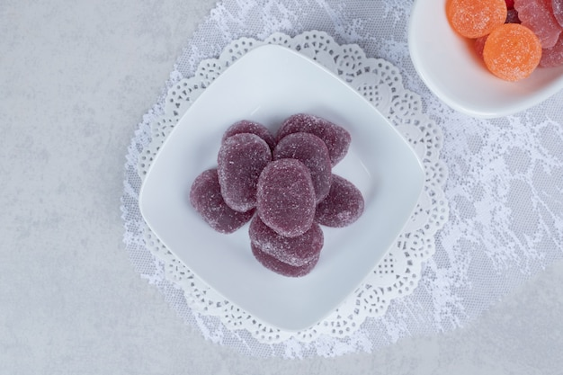 Miski kolorowych marmolad na białym stole. wysokiej jakości zdjęcie